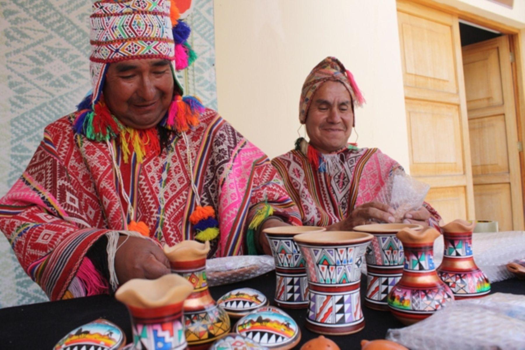 Artesanos emprendedores exponen trabajos emprendedorestv for Ceramica artesanal peru