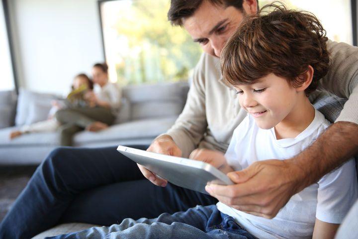 familias-tablet-padre-hijo