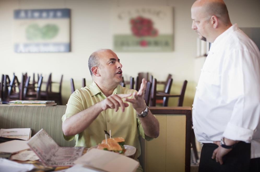 once-practicas-muy-molestas-que-te-toca-sufrir-en-los-restaurantes