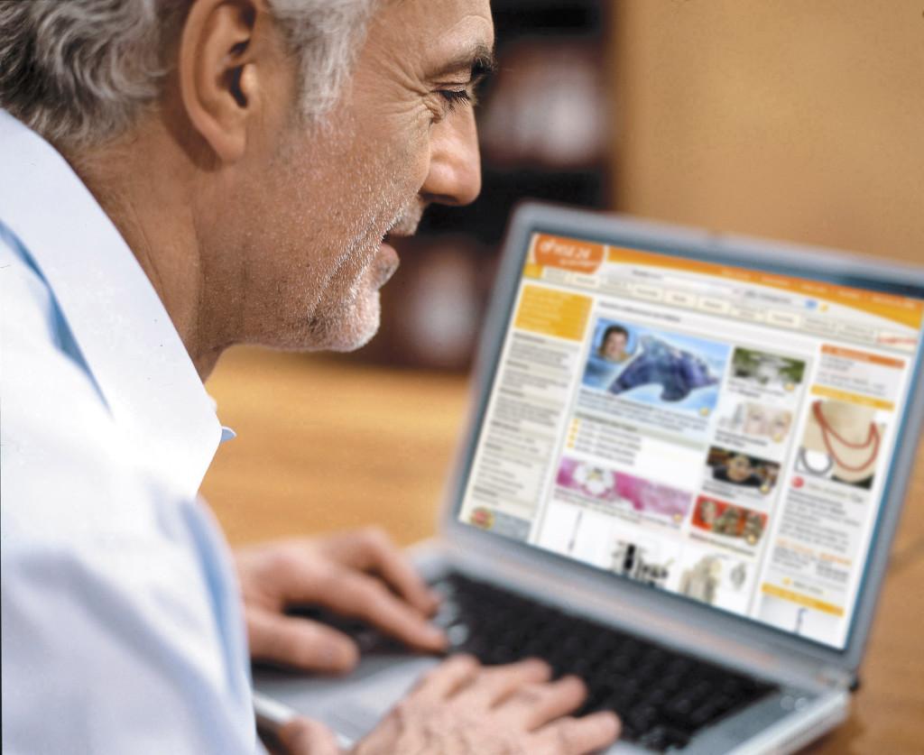 Einkaufen und informieren bei www.hse24.de. Kunden nutzen das Internet für zusätzliche und zeitunabhängige Informationen. Rund 30 Prozent der Online-Käufer sind bereits als HSE24 Kunden registriert. +++ Die Nutzung des Fotos ist für redaktionelle Zwecke im Zusammenhang mit HSE24 honorarfrei. Abdruck unter Angabe der Quelle. Foto: Antje Anders für HSE24