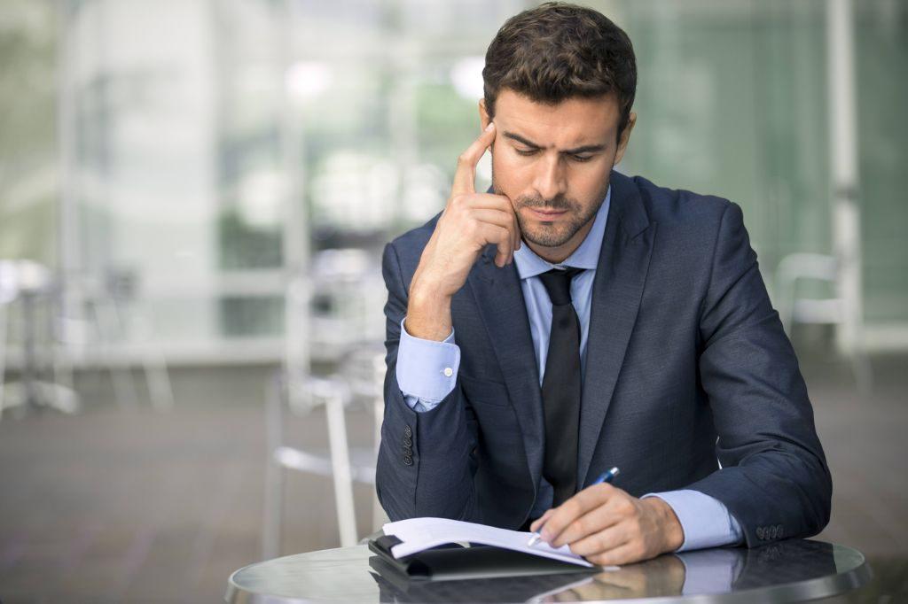 Emprendedor-pensando-escribiendo