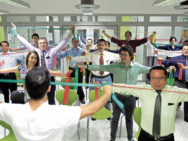 Trabajadores reciben el servicio de Pausa Laboral, contempla la aplicación de ejercicios y dinámicas grupales e individuales desarrolladas durante o previo a la jornada . Fotografia Esbin Garcia