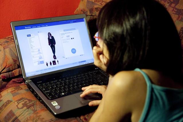 BARCELONA  10/09/2011 PAGINA WEB DE VENTA ONLINE DE BERSHKA   FOTOGRAFIA DE  FERRAN NADEU