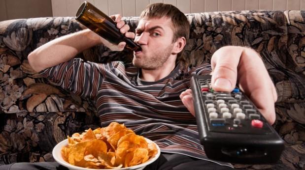 Bebiendo-y-comiendo-en-sillon-619x346