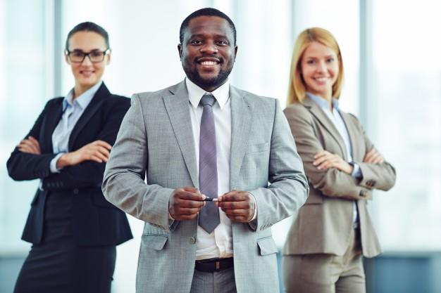 companeros-de-trabajo-teniendo-una-actitud-positiva_1098-729