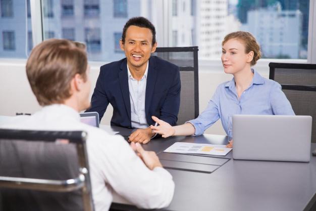 personas-de-negocios-hablando-en-una-mesa-de-reuniones_1262-813
