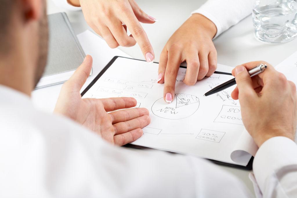 Un-hombre-y-una-mujer-discutiendo-sobre-el-plan-de-negocios-de-su-empresa