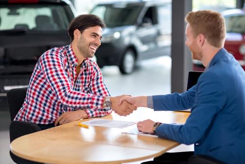 vendedor-cliente-sorrindo