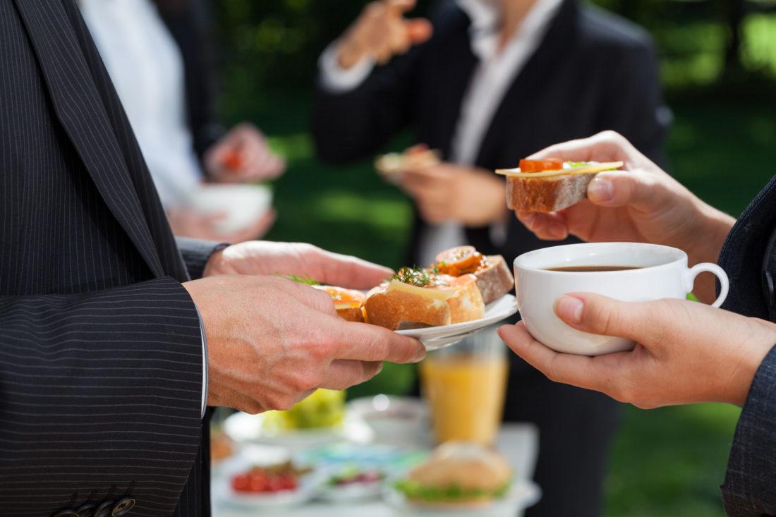 Gana dinero con negocio de catering corporativo