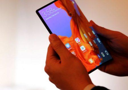Nokia Entre sus tantos lanzamientos, Nokia presentó el 9 PureView, cuya seña distintiva es un array de 5 cámaras traseras. Su diseño es bastante tradicional: un cuerpo de cristal en color azul, representativo de la marca. En la parte frontal tiene una pantalla de 5,99 pulgadas AMOLED con una relación de aspecto 18:9 y está protegida por un cristal Gorilla Glass 5. En la parte trasera únicamente encontramos el logo de Nokia, el de Android One y los siete agujeros de su quíntuple cámara. El Nokia 9 PureView incorpora un lector de huellas integrado en la pantalla.