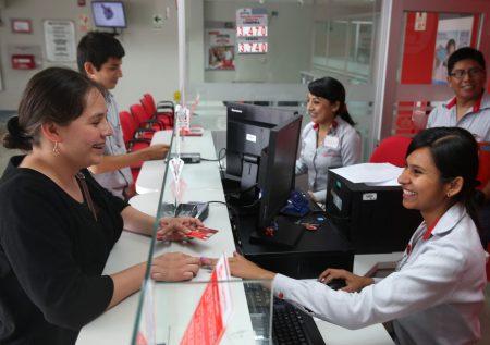 Fuerza laboral de mujeres en bancos crece a 53%