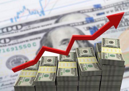 Dólar continúa al alza por clima político