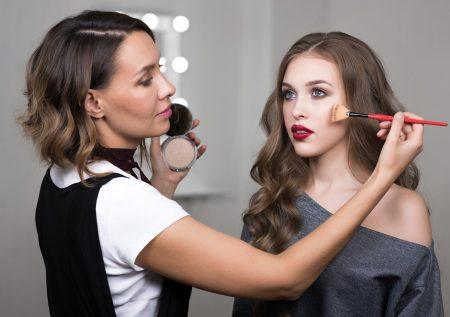 Gana dinero con negocio de maquillaje