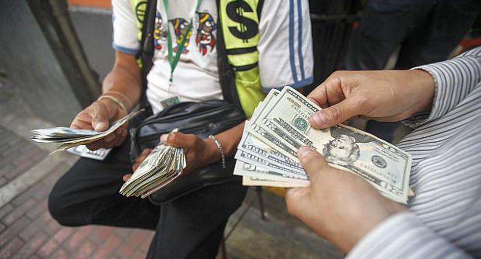Dólar cae tras rebaja de la FED