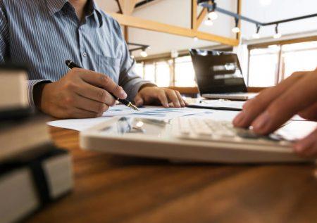 Diferencias entre reprogramar y congelar deuda