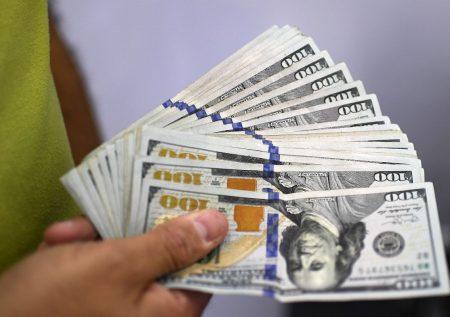 Precio del dólar registró caída mínima